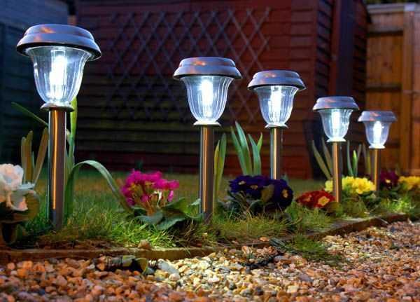 L mparas solares para iluminar el jard n eficiencia energ tica - Luces de jardin solares ...