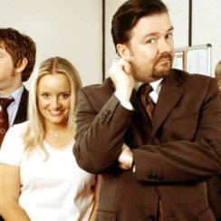 THE OFFICE (U.K). Es una sitcom que recoge la jornada laboral de un grupo de oficinistas de una empresa papelera. Se trata de una creación original del cómico británico Ricky Gervais para la BBC, que el guionista Greg Daniels adaptaría años más tarde a la televisión estadounidense.
