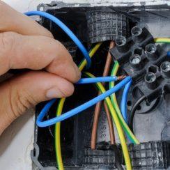 revisar las tuberías de agua y el cableado eléctrico